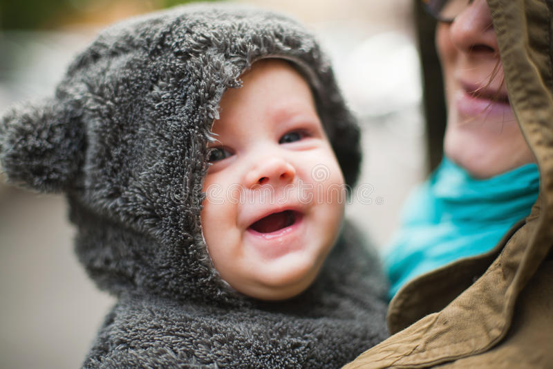 Mãe que guardara o bebê feliz imagem de stock royalty free
