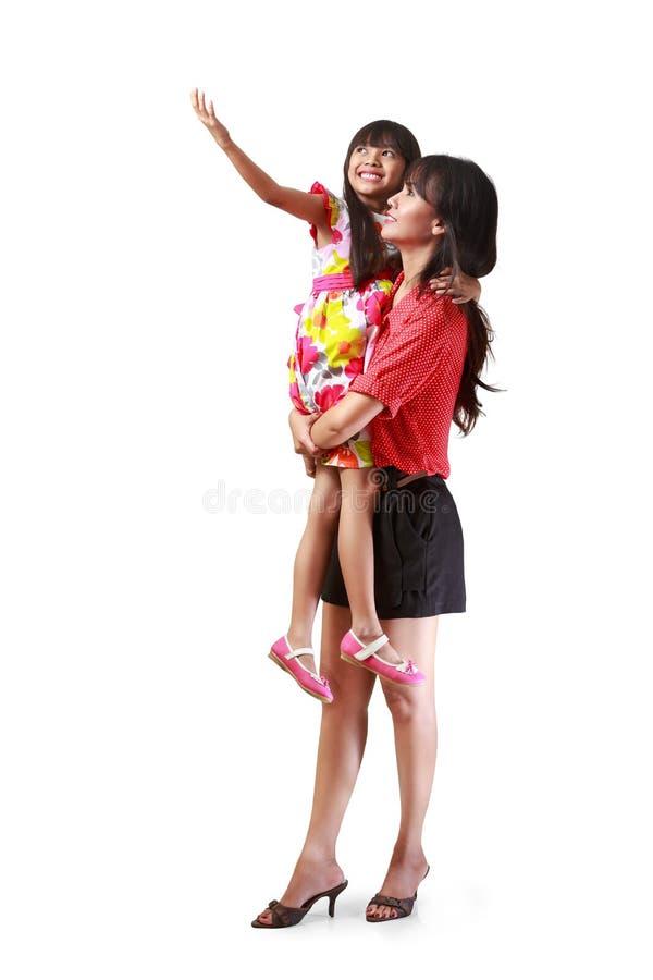 Mãe que guardara sua filha pequena fotos de stock royalty free