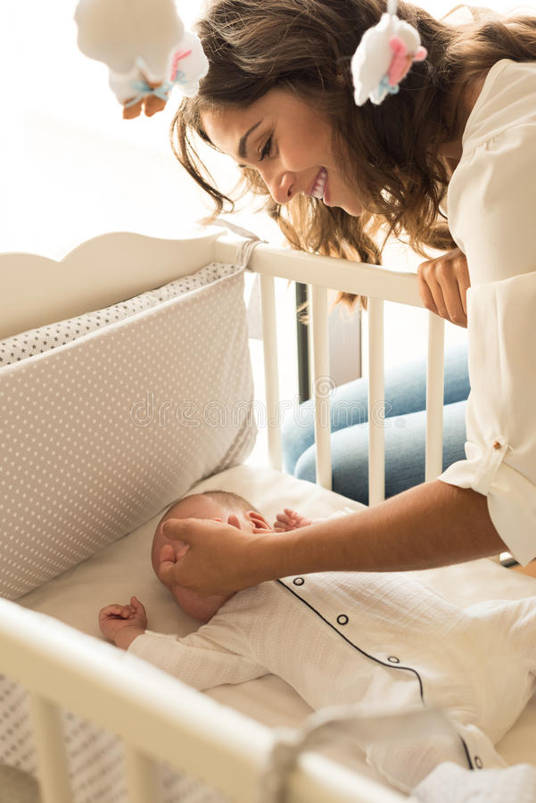Mãe que põe o bebê para dormir imagem de stock royalty free