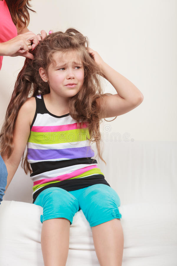 Mãe que penteia o cabelo para a filha fotos de stock royalty free