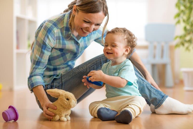 Mãe que plaing com seu bebê do filho imagem de stock