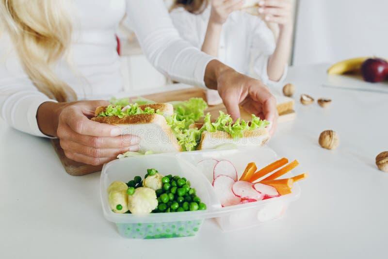 Mãe que prepara o fim da tabela do almoço escolar do sanduíche acima fotografia de stock royalty free