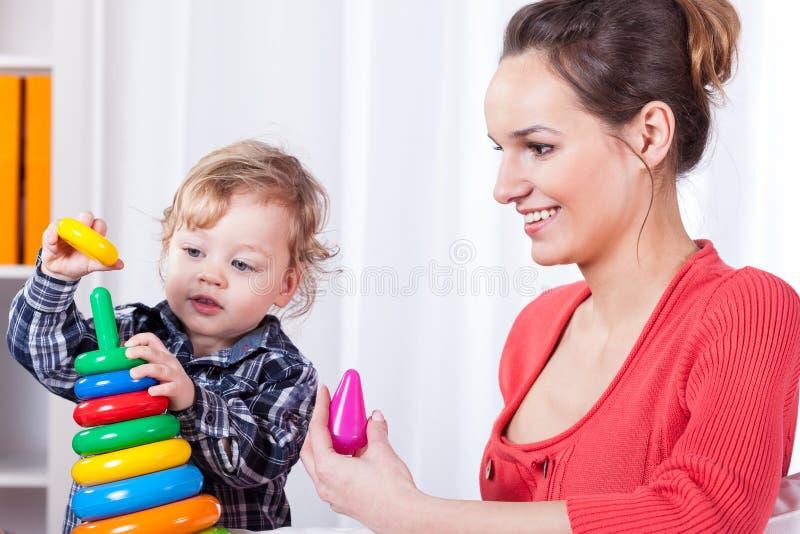 Mãe que tem o divertimento com criança imagem de stock royalty free