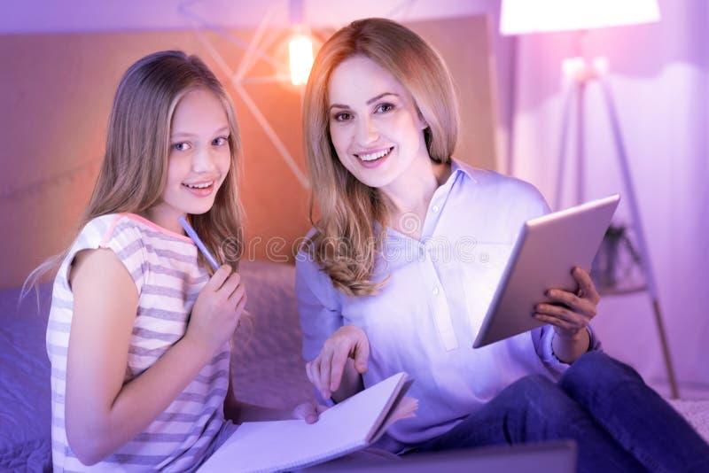 Mãe satisfeita e filha que passam o tempo junto foto de stock