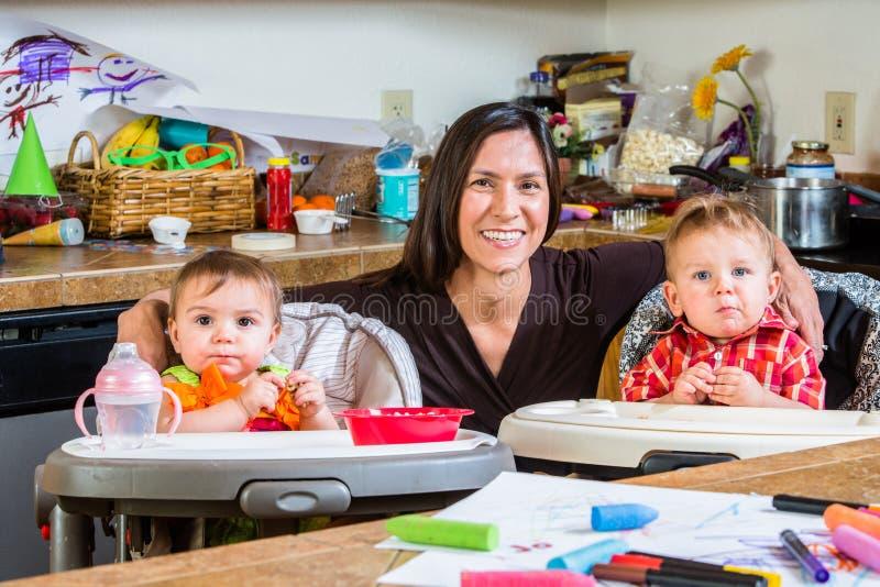 A mãe sorri com bebês foto de stock royalty free
