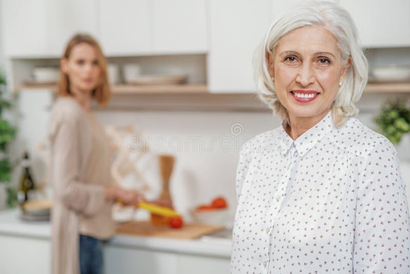 Mãe superior alegre que expressa emoções positivas imagens de stock