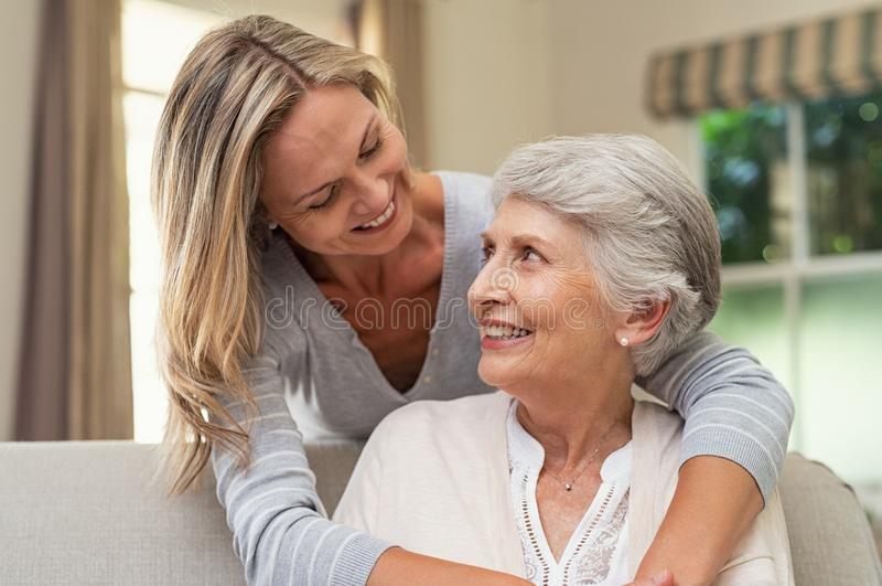 Mãe superior de abraço da mulher foto de stock royalty free