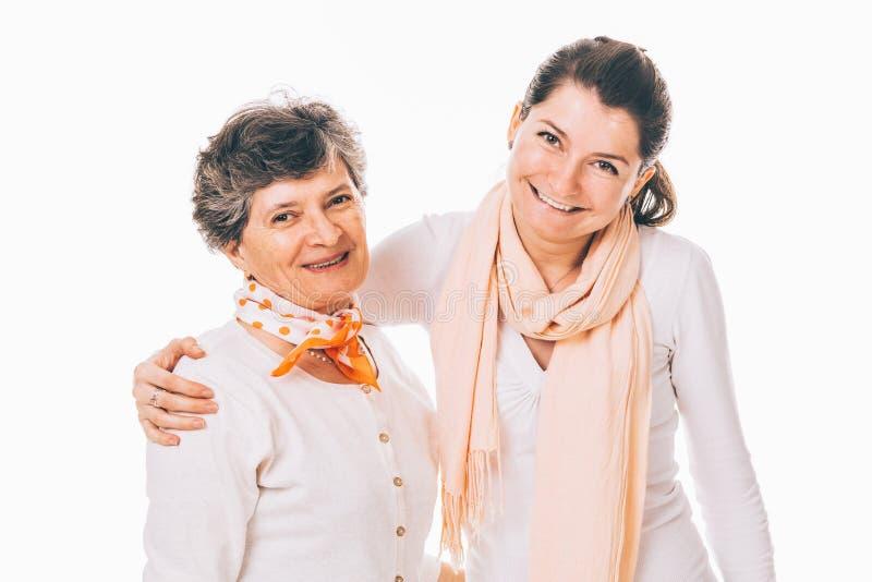Mãe superior de sorriso com filha adulta imagens de stock royalty free