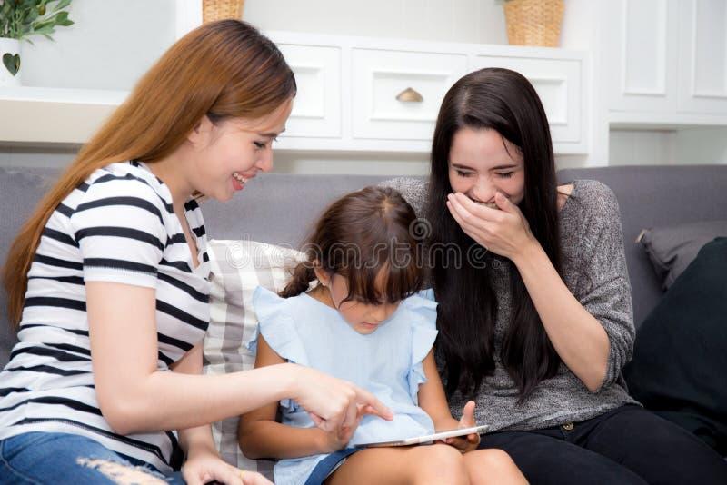 Mãe, tia bonita e criança novas tendo o tempo junto fotos de stock royalty free