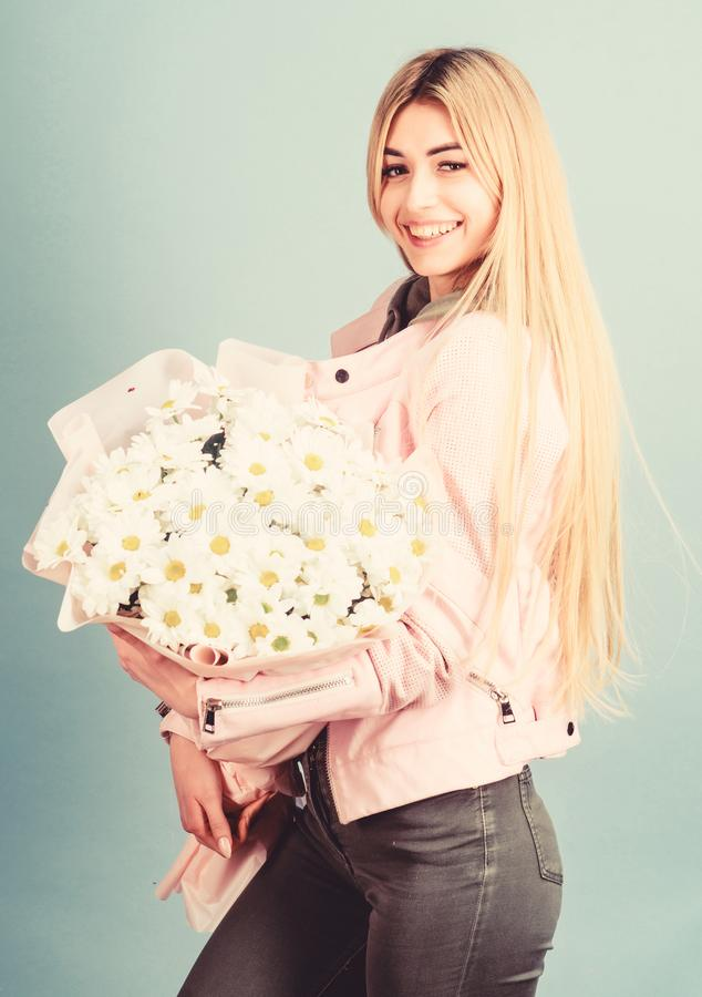 Mães de aniversário dia 8 de março ou qualquer outra ocasião para presente Loira sensual de baixo chamomile bouquet Adore imagens de stock