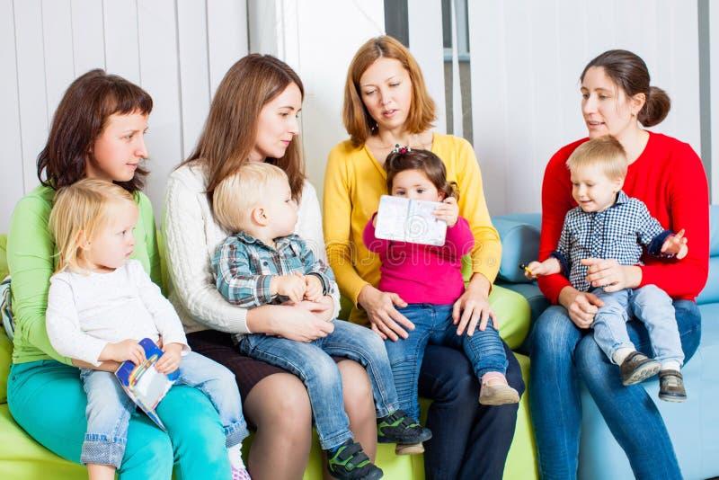 Mães e crianças imagens de stock