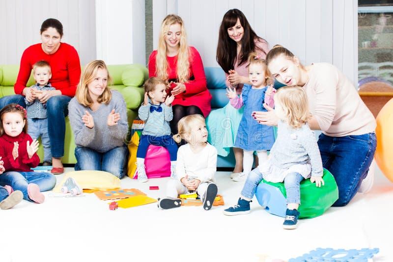 Mães e crianças imagens de stock royalty free