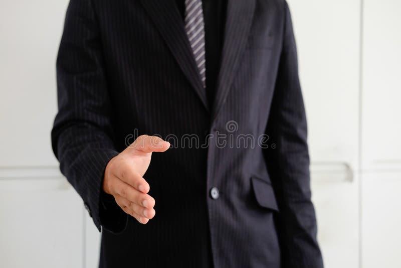 Mão aberta do homem de negócios pronta para selar um negócio, sócio que agita a mão fotografia de stock