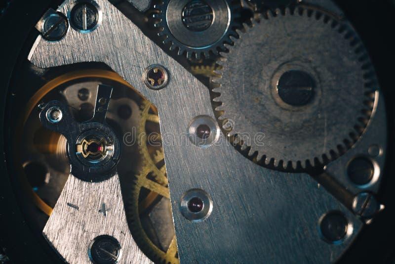A mão aberta olha o close-up extremo macro do mecanismo movente O tempo está correndo a imagem do conceito foto de stock