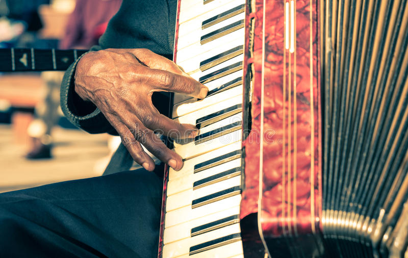 Mão africana do músico que joga o acordeão do fisarmonica fotos de stock royalty free