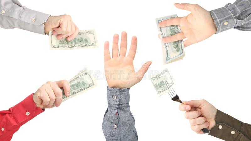 A mão alcança para a mão com o dinheiro foto de stock royalty free
