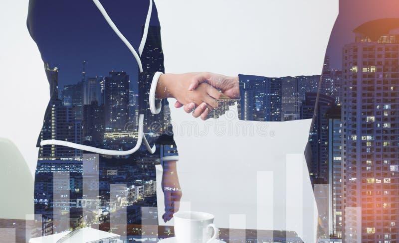 Mão amiga Dois executivos que agitam as mãos no de foto de stock royalty free