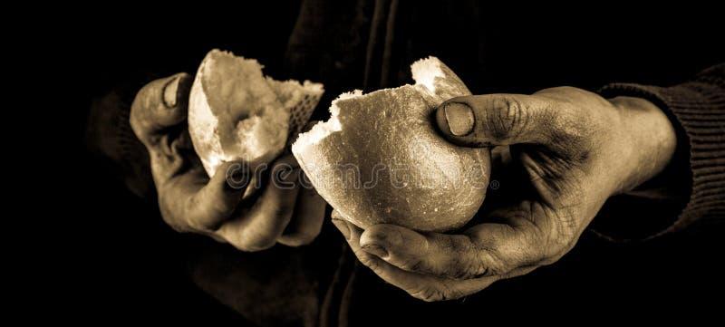 Mão amiga que dá uma parte de pão Pobre homem que divide e que compartilha do pão, conceito da mão amiga imagens de stock