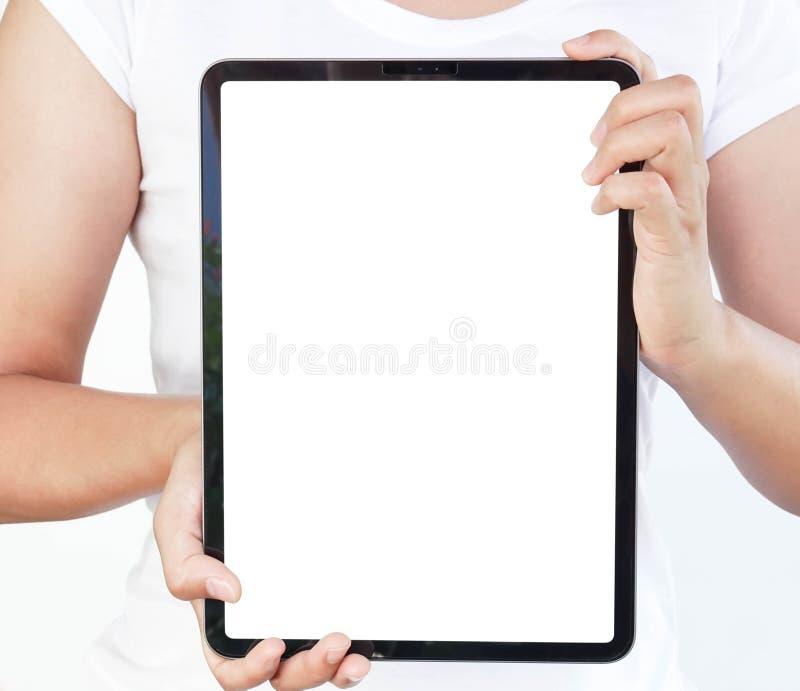 Mão ascendente próxima da mulher que guarda o tablet pc digital com a tela branca para o conceito da propaganda do texto ou de pr fotos de stock royalty free