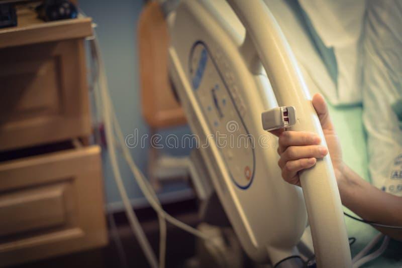 Mão asiática da mulher do close-up com a ponta do dedo do oxímetro do pulso no nascimento fotos de stock royalty free