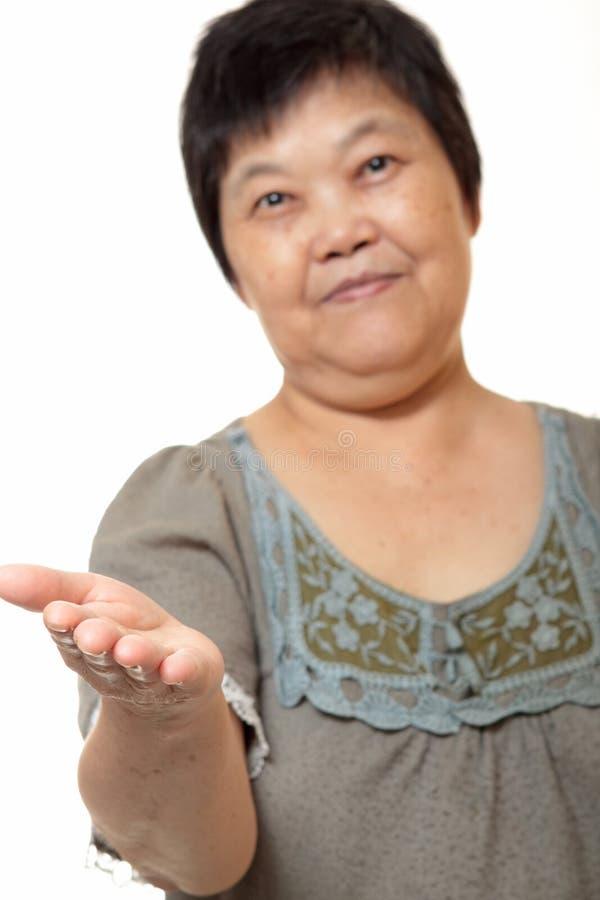 Mão asiática da mulher que mostra o sinal em branco fotos de stock royalty free