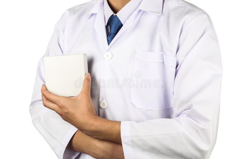 Mão asiática do doutor ou do cientista que guarda o recipiente vazio da caixa branca para o produto no laboratório isolado no bra imagens de stock