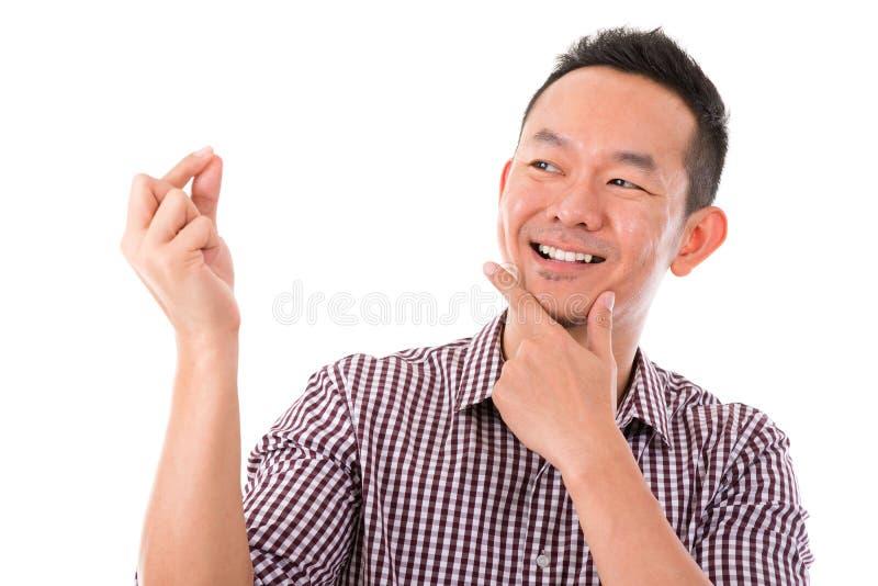 Mão asiática do homem que guarda o sinal vazio fotografia de stock