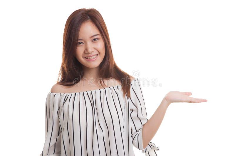 Mão asiática nova bonita da palma da mostra da mulher imagens de stock