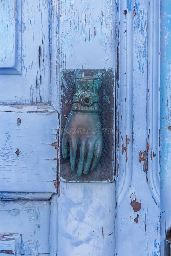Mão azul na porta velha de madeira em Grécia fotografia de stock royalty free