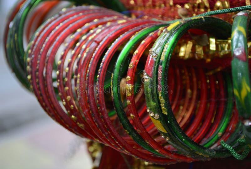 A mão bonita crafted as pulseira coloridas de vidro fotografia de stock royalty free