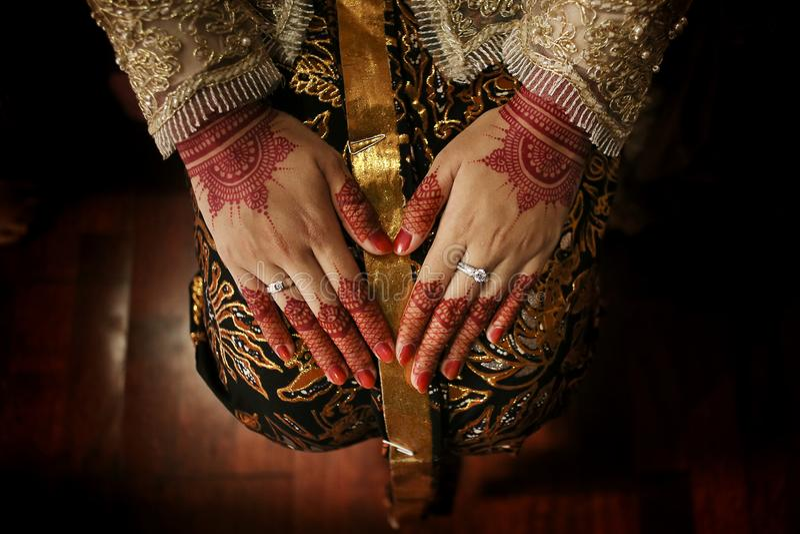 Mão bonita do ` s da noiva do Javanese com hena, Yogyakarta, Indonésia fotos de stock