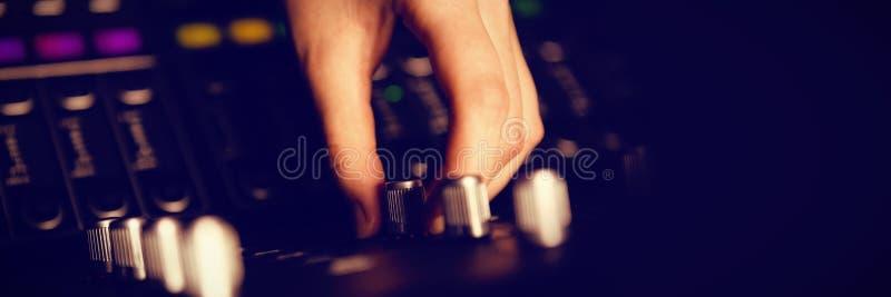 Mão colhida do botão de giro do coordenador audio no estúdio ilustração do vetor