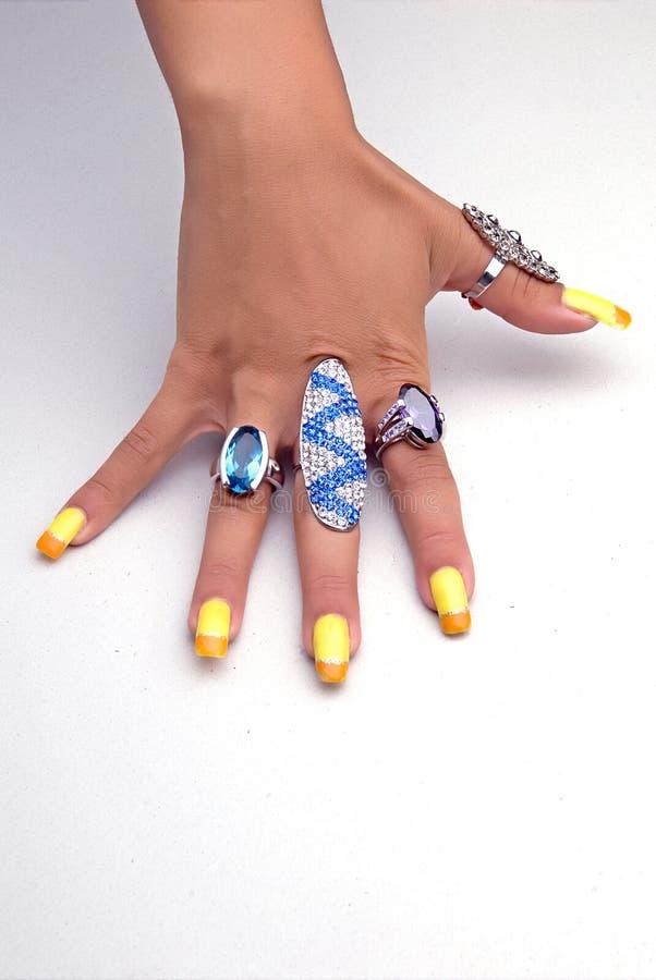 Mão com anéis grandes fotos de stock