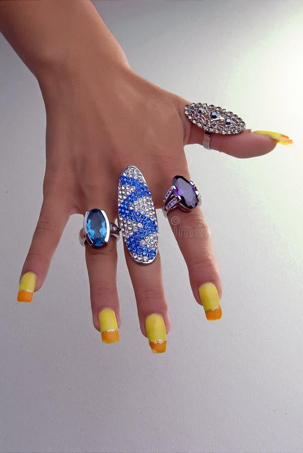 Mão com anéis grandes imagens de stock royalty free