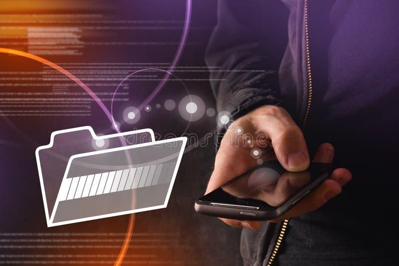 Mão com arquivos de transferência do telefone esperto móvel ao dobrador da nuvem fotos de stock