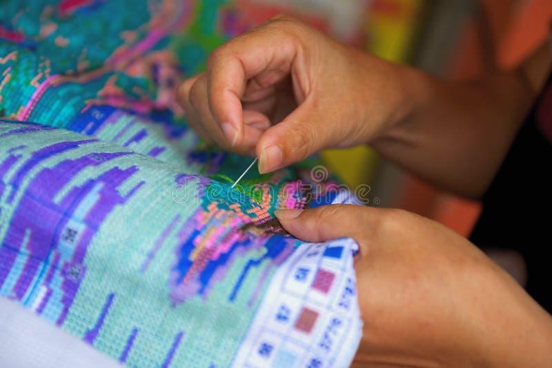 Mão com bordado da agulha em China imagem de stock