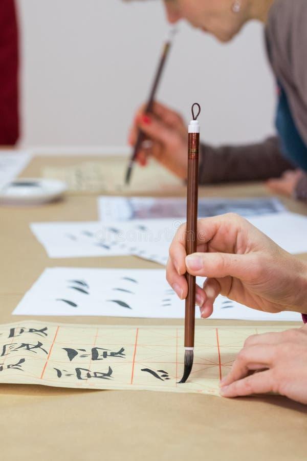 Mão com caligrafia da escova de pintura imagens de stock