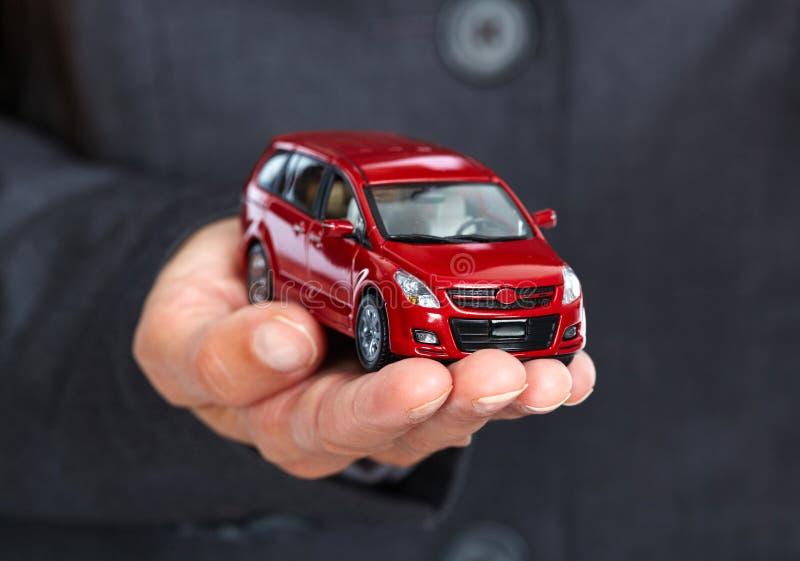 Mão com carro vermelho foto de stock royalty free