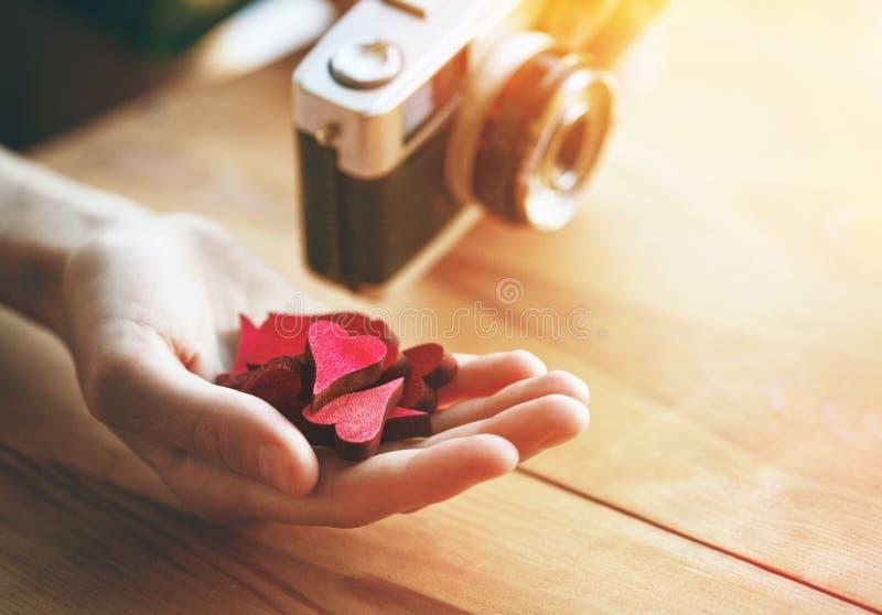 mão com corações como como o símbolo em meios sociais fotografia de stock royalty free