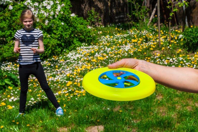 Mão com disco do frisbee fotografia de stock
