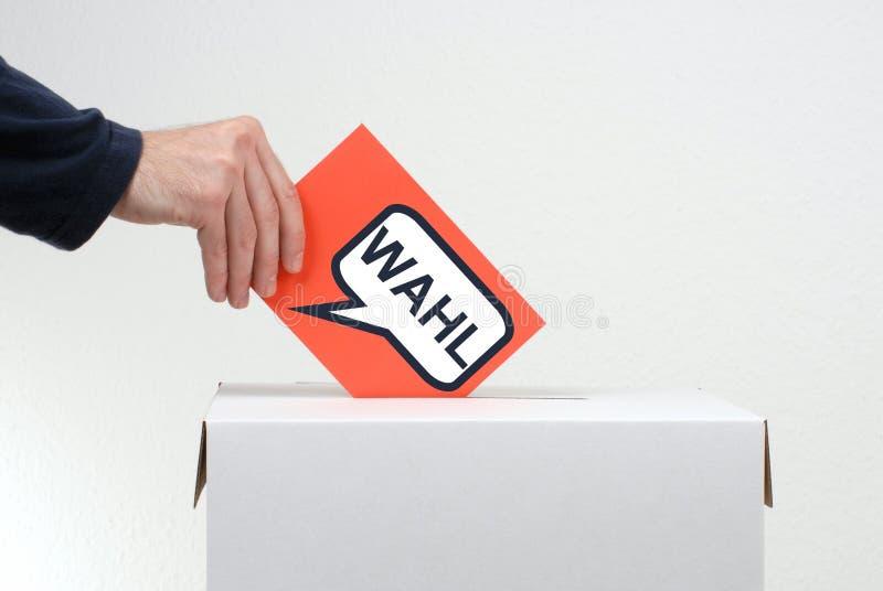 Mão com envelope vermelho - alemão da eleição foto de stock royalty free
