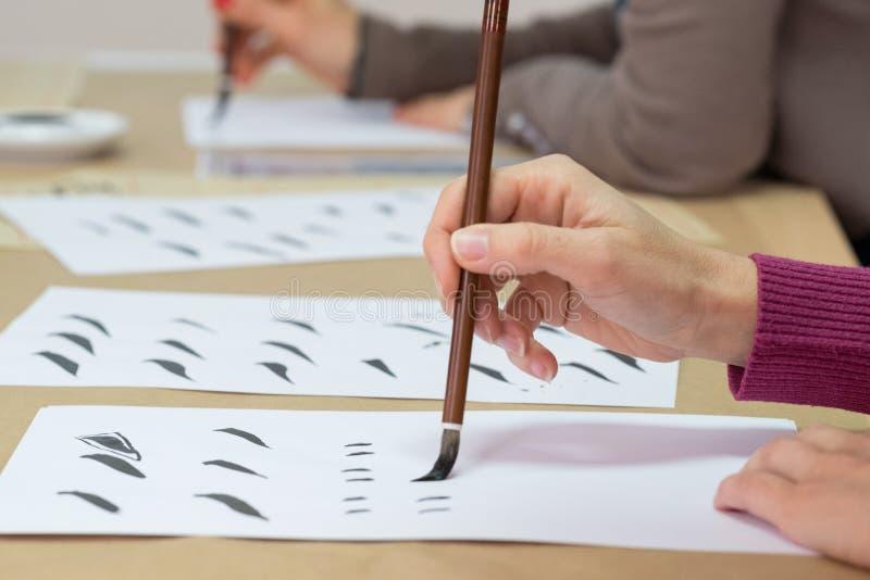 Mão com escova de pintura imagens de stock