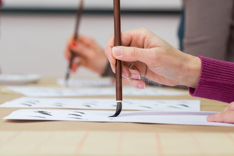 Mão com escova de pintura fotos de stock royalty free
