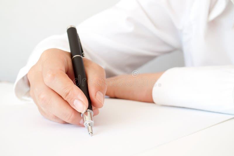 Mão com escrita da pena imagem de stock royalty free