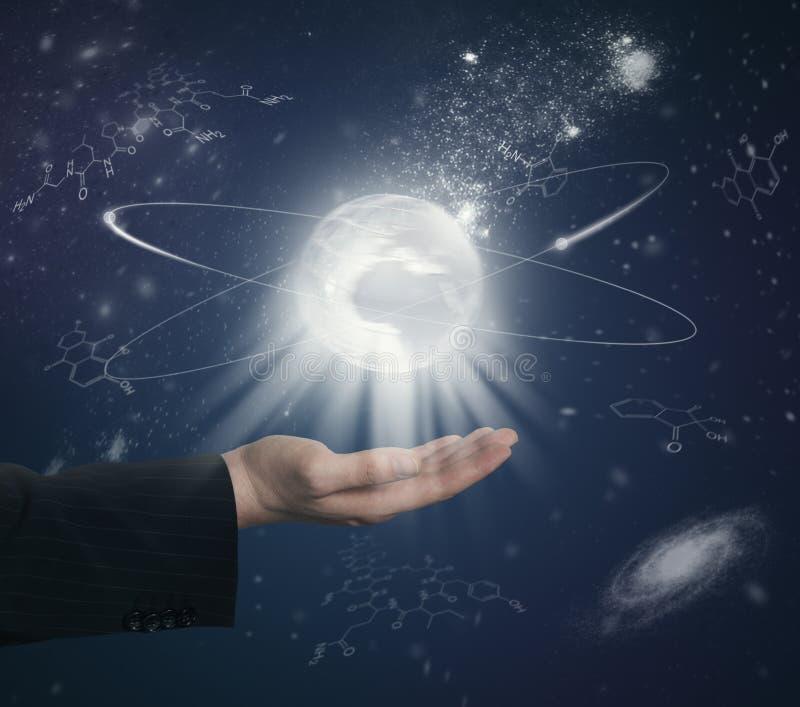 Mão com globo e fórmulas químicas imagem de stock