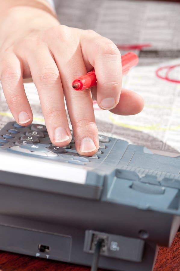 Mão com marcador e telefone fotografia de stock