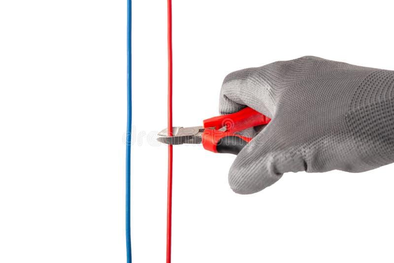 Mão com Nipper Cutting Red Wire foto de stock
