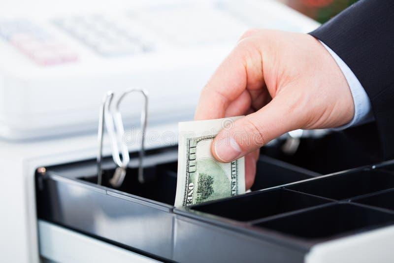 Mão com notas do dólar imagens de stock