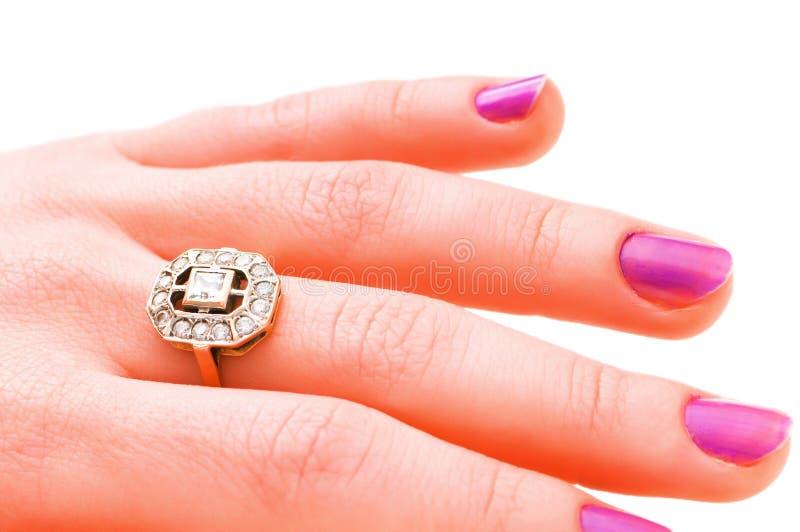 Mão com o anel dourado isolado imagem de stock royalty free