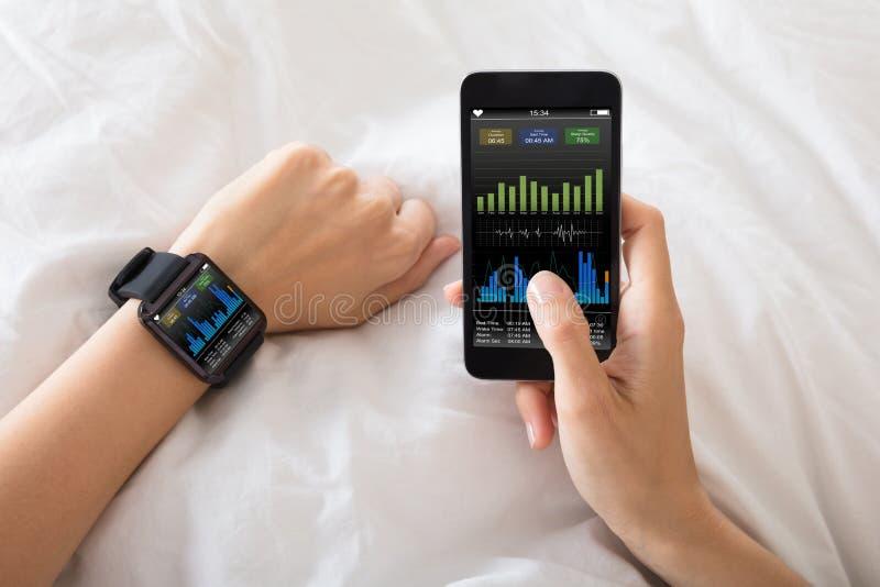 Mão com o relógio esperto que mostra a taxa do batimento cardíaco fotos de stock royalty free